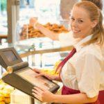 Bäckereiverkäuferin am Kassensystem